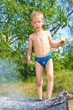 Мальчик разжигает Стоковые Фотографии RF