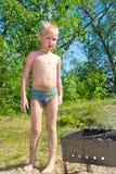 Мальчик разжигает стоковое фото