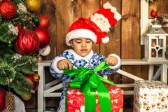 Мальчик раскрывая подарок на рождество Стоковые Изображения
