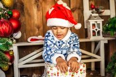 Мальчик раскрывая подарок на рождество Стоковое фото RF