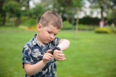 Мальчик рассматривая вахту в наличии Стоковое Изображение RF