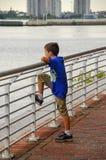 Мальчик рассматривая перила Стоковая Фотография