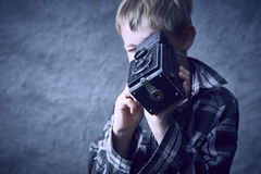 Мальчик ребенка белокурый с винтажной камерой фильма фото стоковые изображения