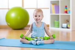 Мальчик ребенка делая тренировки фитнеса стоковые фотографии rf
