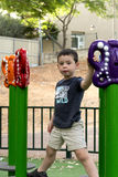 Мальчик ребенк в спортивной площадке Стоковые Изображения