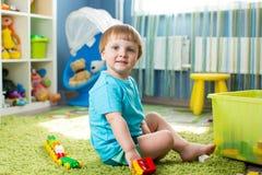 Мальчик ребенк играя с конструкцией забавляется крытое Стоковая Фотография