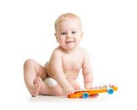 Мальчик ребенк играя с музыкальной игрушкой стоковые фотографии rf