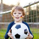 Мальчик ребенк играя футбол с футболом стоковые изображения rf