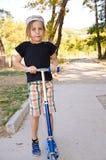 Мальчик ребенк на самокате Стоковые Фото