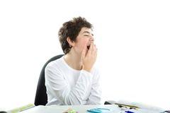 Мальчик ровн-снятый кожу с кавказцем зевая на домашних работах Стоковые Фото