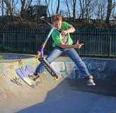 Мальчик самоката парка конька Стоковая Фотография