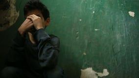 Мальчик сидит на шагах покинутого крылечка Концепция наркомании ` s детей, vagrancy, беспризорности сток-видео