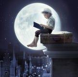 Мальчик сидя на багаже Стоковая Фотография