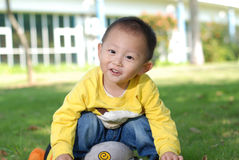Мальчик сидя на кукле Стоковые Изображения RF