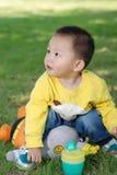 Мальчик сидя на кукле Стоковое Фото