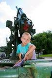 Мальчик сидя на оружие стоковые фотографии rf