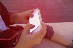 Мальчик сидя на поле с их smartphones Стоковое Изображение RF