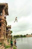 Мальчик скачет от Sarkhej Roza, Ахмадабада, Индии Стоковое Изображение RF