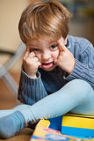 мальчик смотрит на немногую делая Стоковые Изображения RF