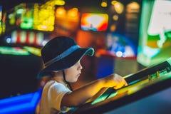 Мальчик смотрит электронную карту неба на экране стоковое изображение rf