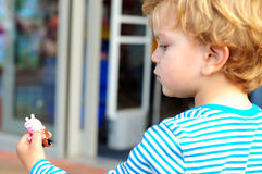 Мальчик смотря его игрушку Стоковое Изображение RF