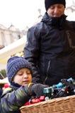 Мальчик смотря игрушки стоит внешним Стоковое Изображение