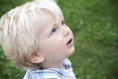 Мальчик смотря к его отцу Стоковая Фотография