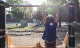 Мальчик смотря к светлой спортивной площадке Стоковые Фотографии RF