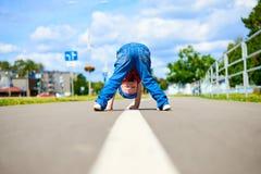 Мальчик смотря между ногами Стоковое Изображение