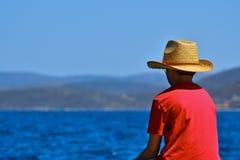 мальчик смотря море стоковая фотография