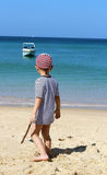 мальчик смотря море Стоковые Фотографии RF