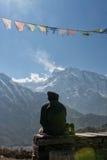 Мальчик смотря пик Annapurna II, Непал Стоковая Фотография