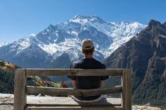 Мальчик смотря пик Annapurna II, Непал Стоковое Фото