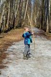 Мальчик снимает смычок Стоковые Изображения