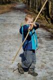 Мальчик снимает смычок стоковое фото rf