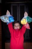 Мальчик собирая используемые крышки бутылки Стоковые Фотографии RF