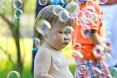 Мальчик среди пузырей мыла Стоковое Фото