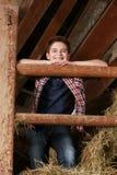 Мальчик стоя на стоге сена Стоковые Фотографии RF