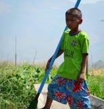 Мальчик стоя на шлюпке в Inle, Мьянме Стоковая Фотография RF