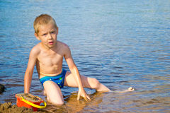 Мальчик строит песок Стоковое фото RF