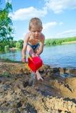 Мальчик строит песок стоковая фотография rf