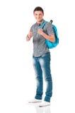 Мальчик студента показывая знак большого пальца руки с рюкзаком Стоковое фото RF
