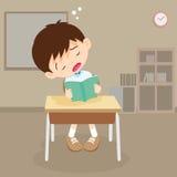 Мальчик студента прочитал книгу но спать в классе Стоковое Изображение