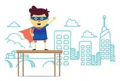 Мальчик супергероя представляет стойку города на коробке Стоковые Изображения RF