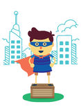 Мальчик супергероя представляет стойку города на коробке Стоковое фото RF