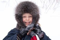 Мальчик счастливый играть в снеге Стоковые Фотографии RF