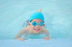 Мальчик счастливый на бассейне Стоковые Фотографии RF