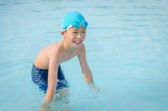 Мальчик счастливый на бассейне Стоковые Изображения RF