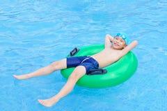 Мальчик счастливый на бассейне Стоковое Изображение