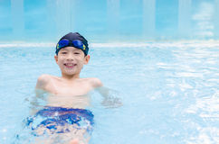 Мальчик счастливый на бассейне Стоковые Фото